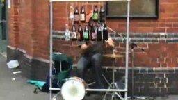 Смотреть Энергичный уличный музыкант