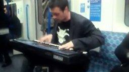 Битбоксер с синтезатором в метро смотреть видео - 2:49