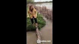 Смотреть Девушка и ручей