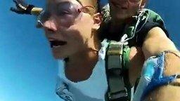 Смотреть Девушка прыгает с парашютом