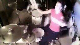 Смотреть Девушка барабанит нунчаками