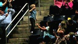 Смотреть Раскованный танцующий мальчуган