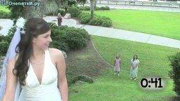 Смотреть Как девушки ловят букет на свадьбе