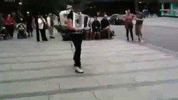 Смешной человек-оркестр смотреть видео - 2:32