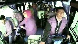 Смотреть Непонимание между пассажирами и водителем