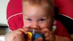 Малыш забавляется с напитком смотреть видео прикол - 2:06