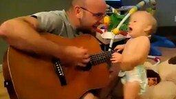 Папа играет, сын танцует смотреть видео прикол - 1:47