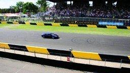 Смотреть Поразительный прыжок через спорткар