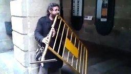 Смотреть Самый необычный уличный музыкант
