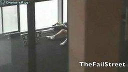 Смотреть Люди врезаются в стекло