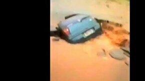 Смотреть Машина ушла под землю