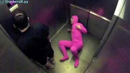 Смотреть Розовый человек-червяк в лифте