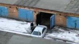 Смотреть Девушка заезжает в гараж