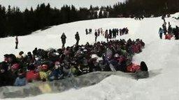 Смотреть Массовый сумасшедший съезд с горы