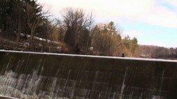 Смотреть Безумный прыжок на снегоходе
