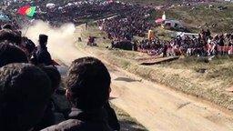 Смотреть Незабываемый прыжок на гонках