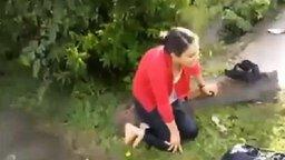 Смотреть Девушка против лужи