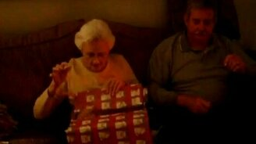 Смотреть Реакция бабушки на неожиданный подарок