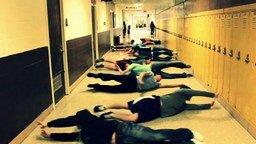 Смотреть Массовое плавание в коридоре