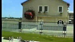Смотреть Машина влетела в стену дома