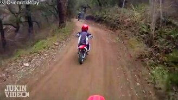 Смотреть Малец упал с мотоцикла