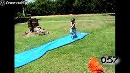 Смотреть Неуклюжие прыжки в бассейн
