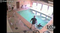 Смотреть Люди, которые упали в бассейн одетыми