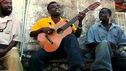 Смотреть Позитивная песня на гитаре с одной струной