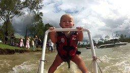 Дитё на водных лыжах смотреть видео прикол - 0:52
