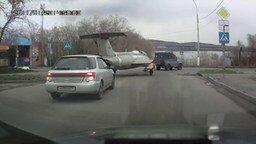 Смотреть Самолёт на дороге