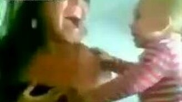Смотреть Малыш заигрывает с девушкой