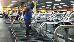 Задорный танец на беговой дорожке смотреть видео - 0:42