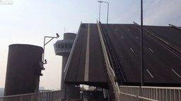 Смотреть Квадроцикл на раздвижном мосту