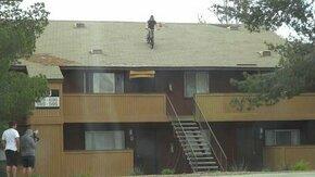 Прыжок велосипедиста с крыши смотреть видео - 0:35