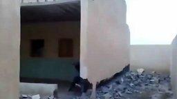 Смотреть Ловко сломал стену