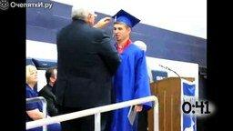 Смотреть Студенты радуются вручению диплома
