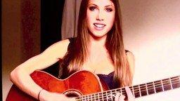 Смотреть Девушка поёт песню Get Lucky