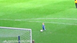 Крутой малыш на футбольном поле смотреть видео прикол - 0:43
