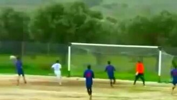 Смотреть Мяч сам выбрал не попадать в ворота