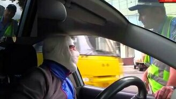 Смотреть Забинтованный водитель и ДПС-ник