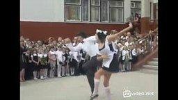 Смотреть Зажигательный танец на выпускном