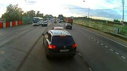 Повезло мотоциклисту! смотреть видео прикол - 0:43