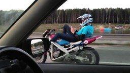 Езда без рук на мотоцикле смотреть видео прикол - 0:28