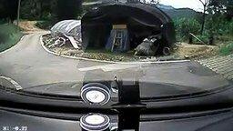 Смотреть Женщина тронулась на машине