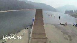 Самый длинный прыжок в озеро смотреть видео - 0:23