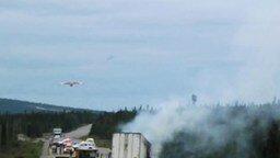Смотреть Самолёт тушит пожар на дороге