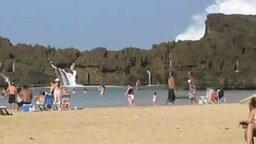 Смотреть Очень необычный пляж