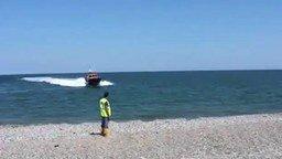 Смотреть Мастерски причалил на берег