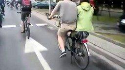 Забавный велосипед-тандем смотреть видео прикол - 0:21