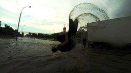 Смотреть Безумцы против наводнения в городе